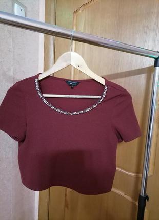 Бордовая фирменная футболка с драгоценными камнями