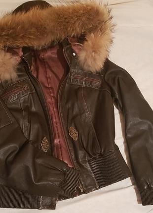 Очень крутая кожаная куртка с капюшоном( натуральный мех)