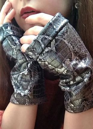 Перчатки без пальцев со змеиным принтом митенки женские