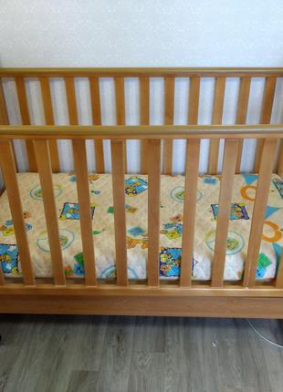 Детская деревянная кроватка с подвижным бортом