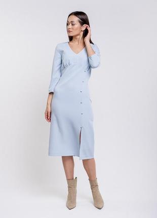 Платье-миди светло-голубое с разрезом и декоративными пуговица...