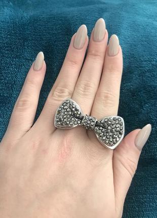 Стильное кольцо на два пальца в форме банта