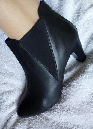 Кожаные черные деми ботильоны ботинки полу сапоги резинка  нат...