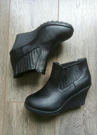Черные кожаные ботинки ботильоны полу сапоги танкетка резинка ...