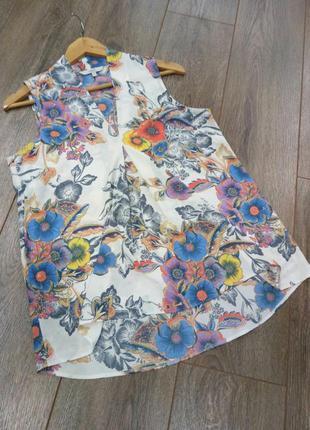 Белая с голубым, серым, лиловым, цветным принтом  в цветы блуз...