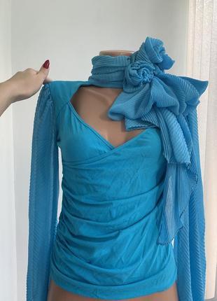 Нарядная блуза с красивым декольте и объёмными цветами оригина...