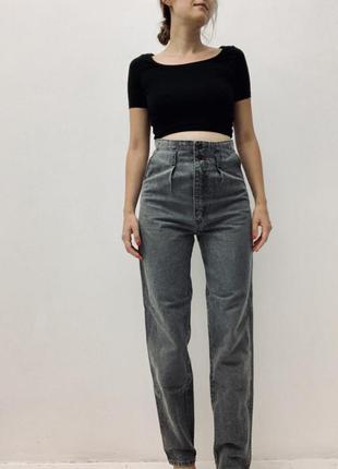 Трендовые серые джинсы бойфренды с очень высокой талией