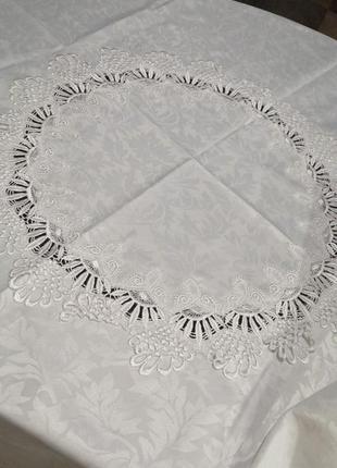 Скатерть с кружевом на круглый стол *180