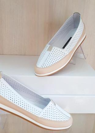 Кожаные туфли балетки мокасины с перфорацией белые с бежевым н...