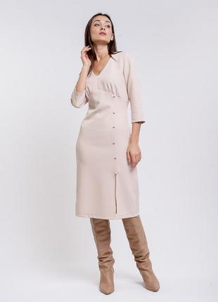 Платье-миди светло-бежевое с разрезом и декоративными пуговица...
