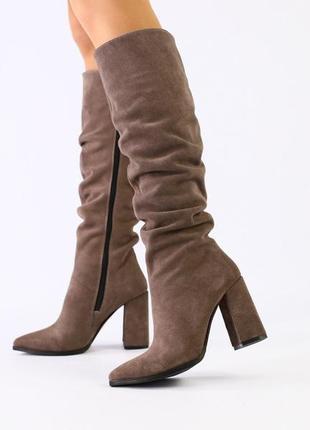 Демисезонные замшевые сапоги на каблуке цвета какао бежевые