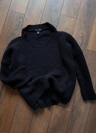 Черный вязаный оверсайз свитер с открытыми плечами