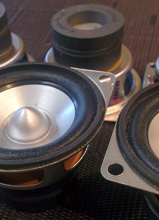 Динамики Logitech 50х50х35мм с чистым звучанием, мах 7.5 Вт 3 Ом.