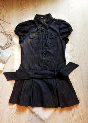 Синее короткое джинсовое платье с пышной юбкой складками поясо...