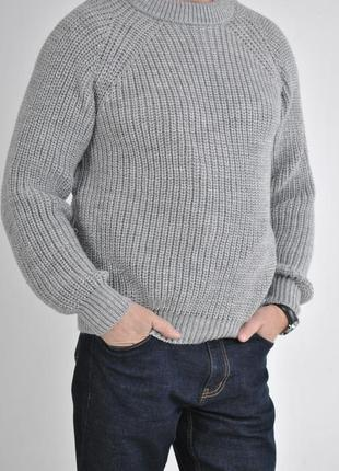 Зимний вязаный свитер крупной вязки