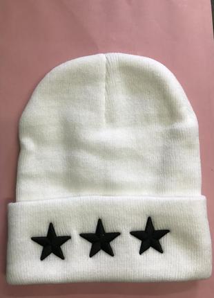 Белая шапка с тремя звездами вышивка