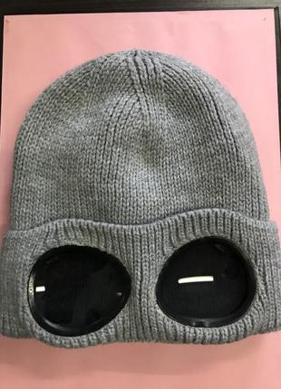 Серая шапка с очками c.p. company