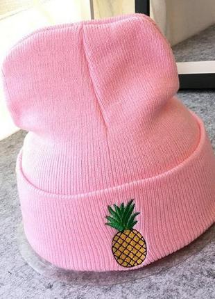 Яркая розовая шапка с ананасом