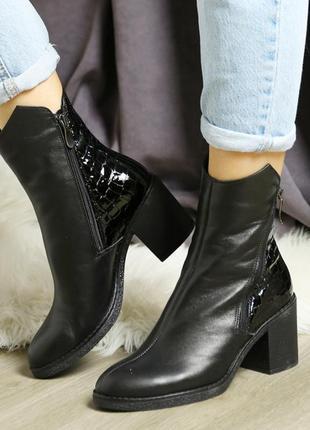 Кожаные женские демисезонные черные ботинки с лаковыми вставка...