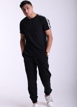 Спортивные штаны в чёрном цвет с чёрным лампасом Карра