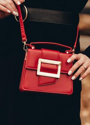 Красная сумка с длинным ремешком и маленькой ручкой клатч квад...