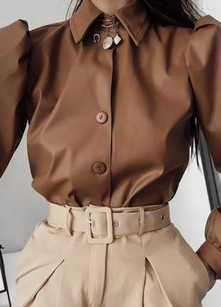Трендовая кожаная рубашка коричневая с рукавами-буфами