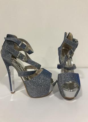 Серебристые босоножки на высоком каблуке