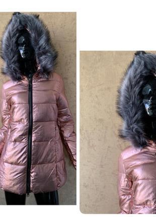 Зимняя куртка с мехом на капюшоне на утеплителе