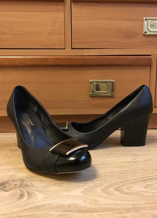 Новые кожаные туфельки на низком каблучке