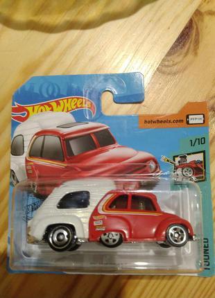 Машинка. маленькая. красно-белая. хот вилс