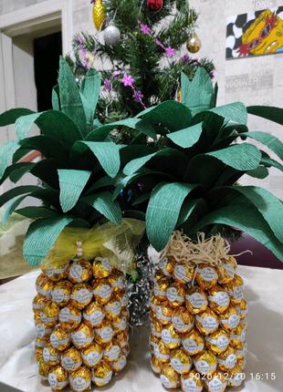 Подарок Ананас из конфет и шампанского