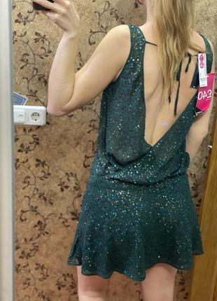 Шелковое платье изумрудного цвета расшитое пайетками