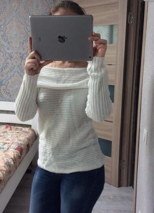 Красивый теплый свитер с открытыми плечами