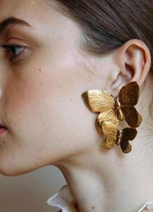 Крупные длинные серьги золотые бабочки