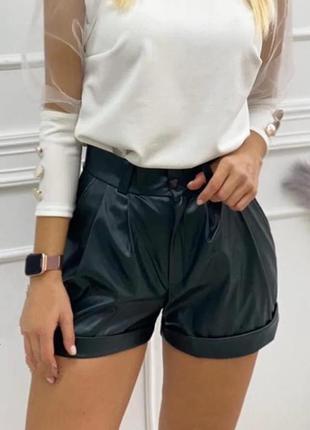 Стильные кожаные женские шорты