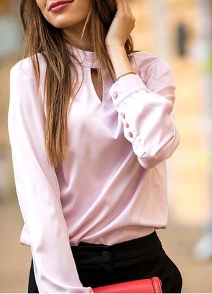 Шёлковая блуза с декоративными пуговицами сзади