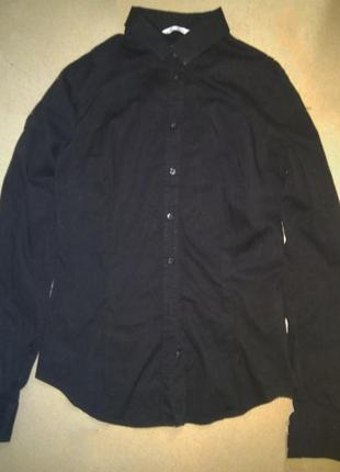 Рубашка черного цвета с длинным рукавом.