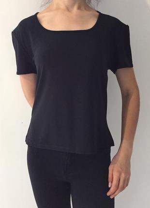 Черная футболка, базовая футболка.