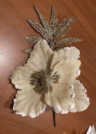 Крупный декоративный цветок магнолия