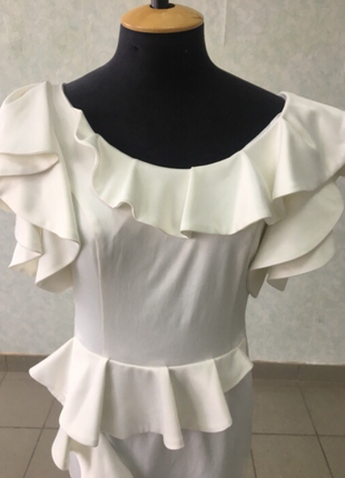 Красивое платье из молочно белого атласа