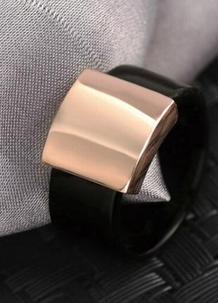 Кольцо женское черное с вставкой под розовое золото.