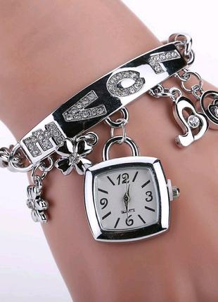 Стильные часы-браслет.