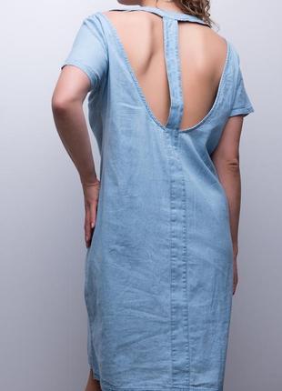 Джинсовое платье свободного кроя с вырезами на спине / голубой
