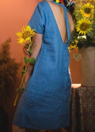 Джинсовое платье свободного кроя с вырезами на спине / синий