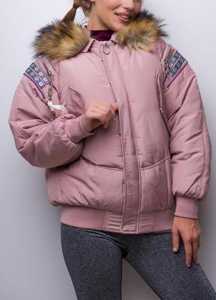 Объемная овэрсайз куртка на молнии с капюшоном и мехом / пудра