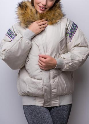 Объемная овэрсайз куртка на молнии с капюшоном и мехом / молоко