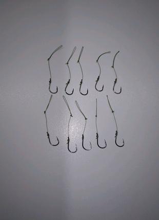 Крючки с поводком для изготовления рыболовного монтажа.