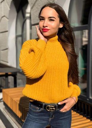 Женский горчичный объемный свитер крупной вязки