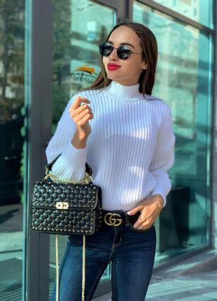 Женский белый объемный свитер крупной вязки