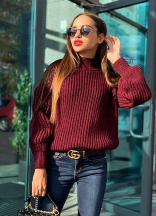 Женский бордовый объемный свитер крупной вязки